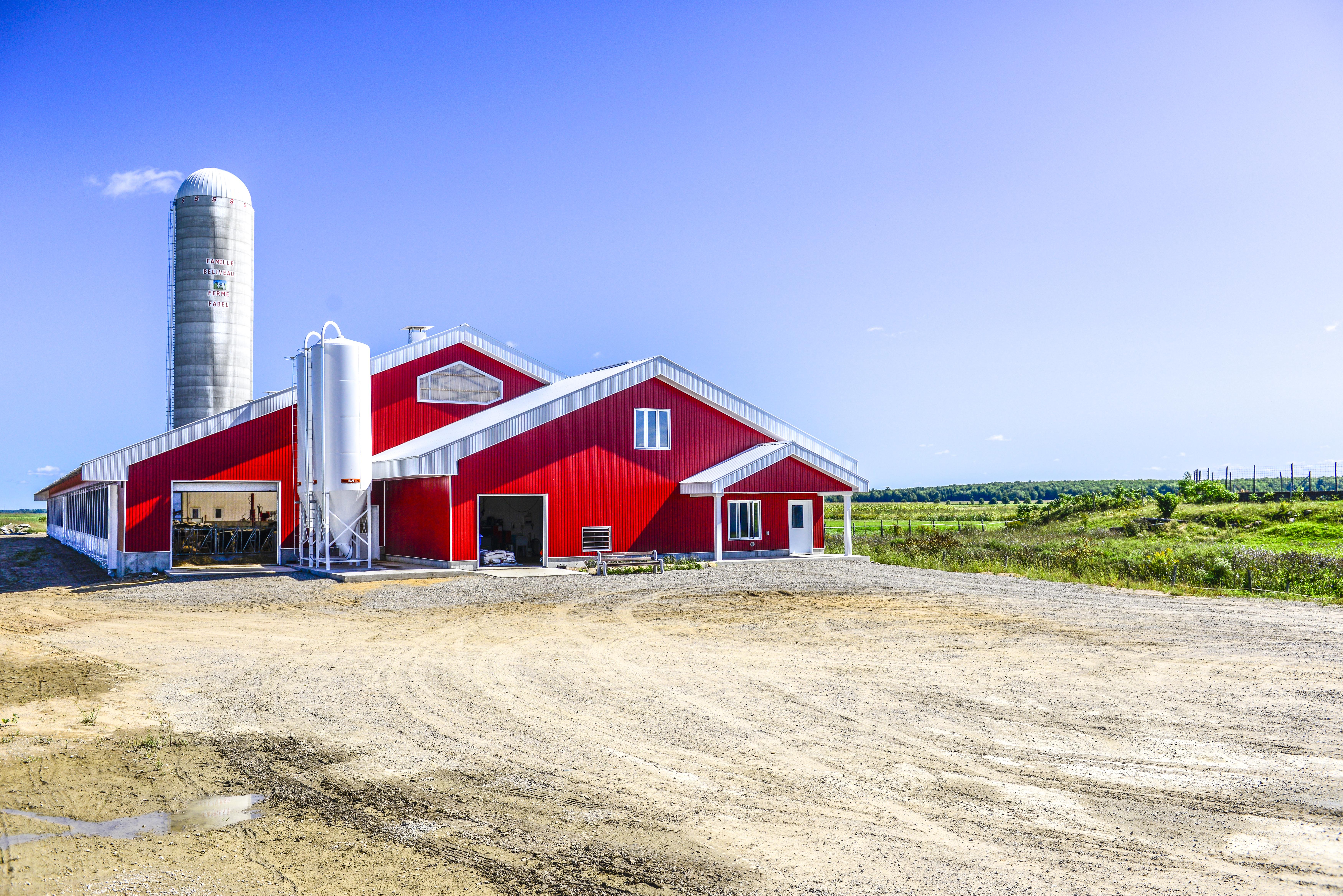 ferme rouge dans la campagne 4