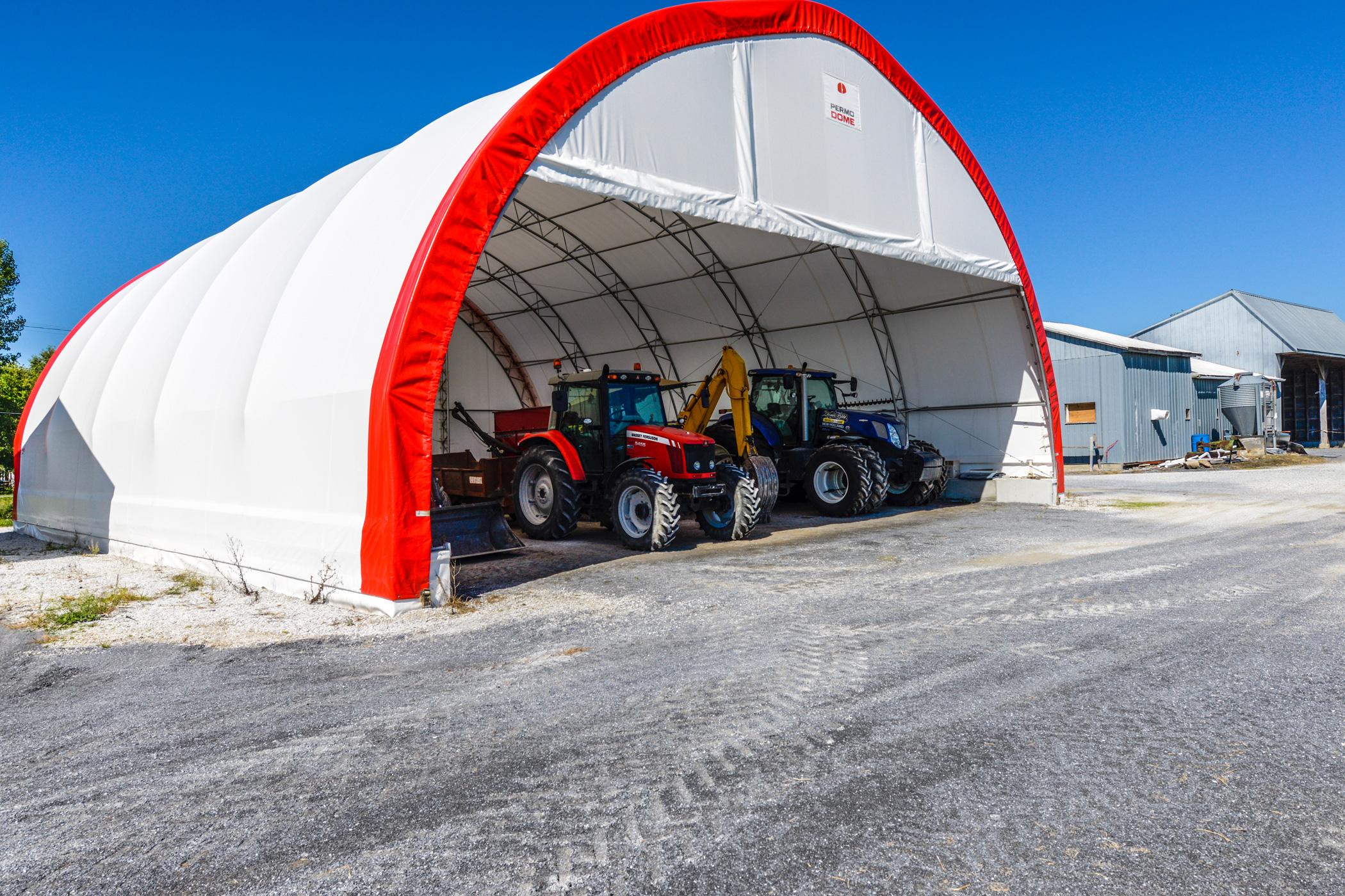 Permodome rouge avec deux tracteurs dedans