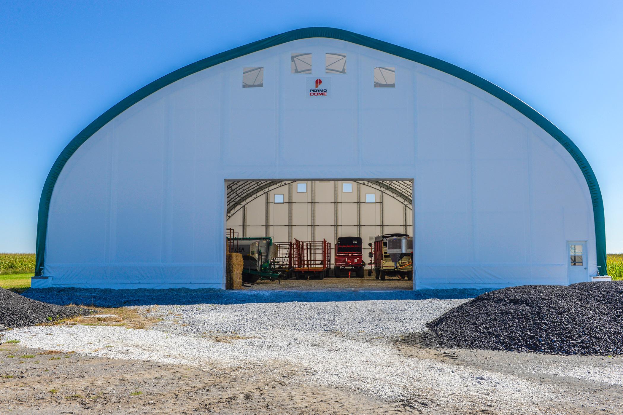 Permodome vert avec de la machinerie agricole à l'intérieur 2