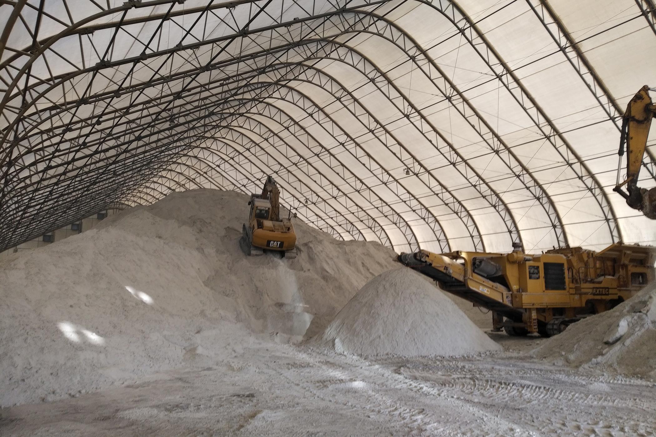 Un Permodome avec du sable beige et de la machinerie minière