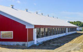 Étable de vaches Permodome rouge de l'extérieur