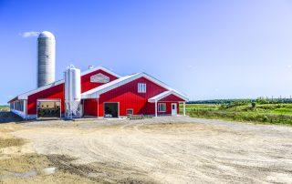 ferme rouge dans la campagne