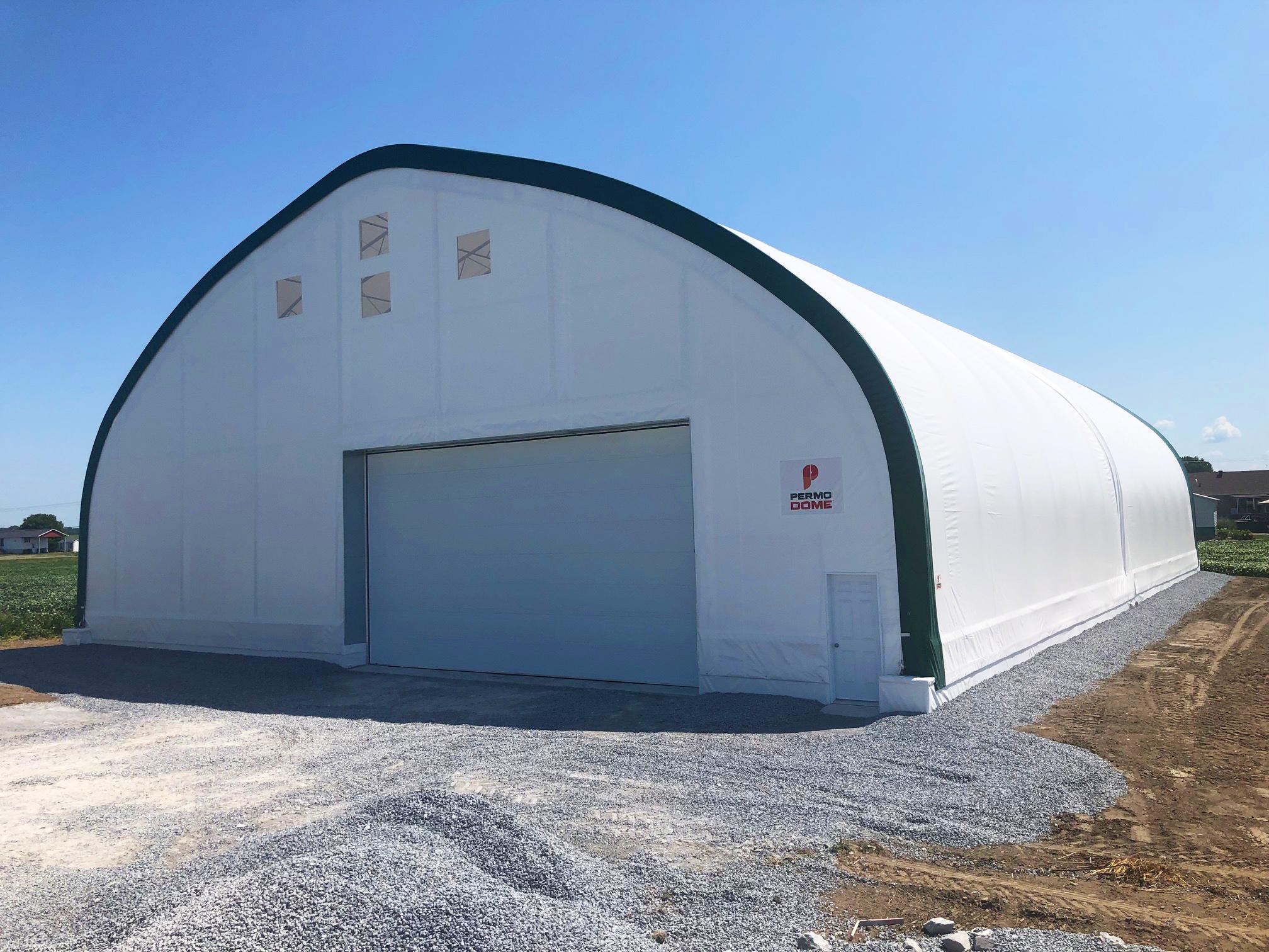 Permodome vert avec porte de garage