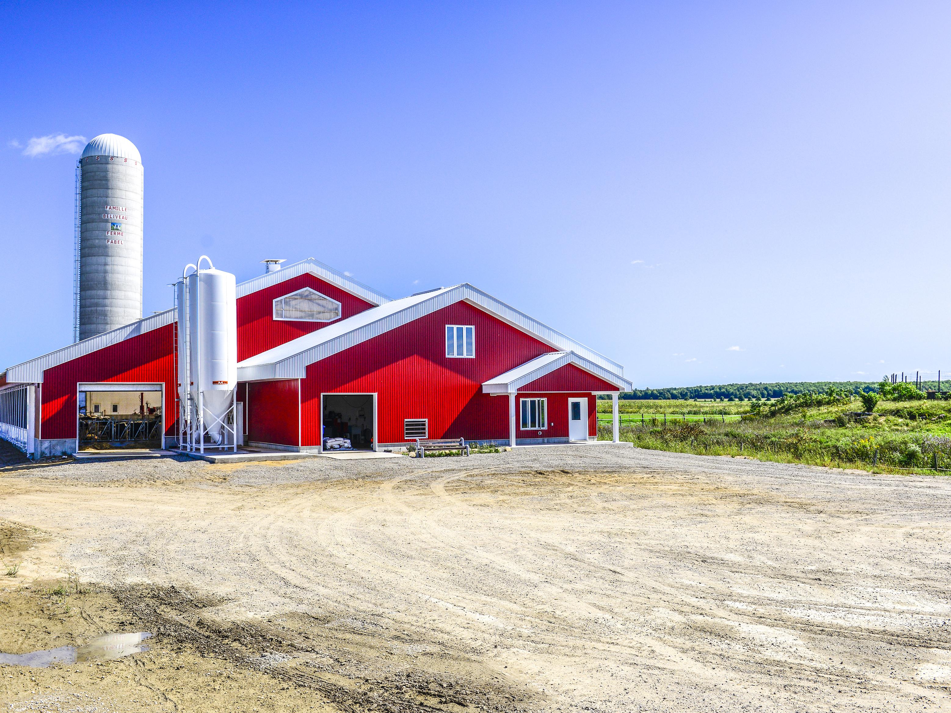 ferme rouge dans la campagne 2